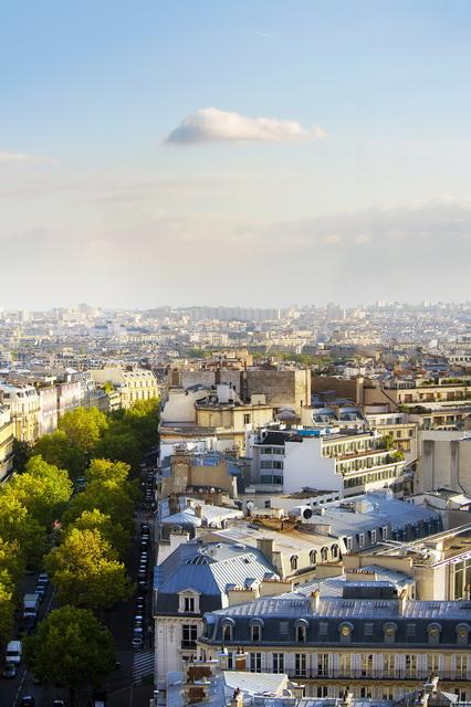 Esta es la imagen con los contornos acentuados: la Torre Eiffel se ha borrado por completo y ya no resulta visible, ni siquiera observando la imagen de cerca. Se ha reconstruido el fondo. ¡Así es como se trata una imagen a la perfección!