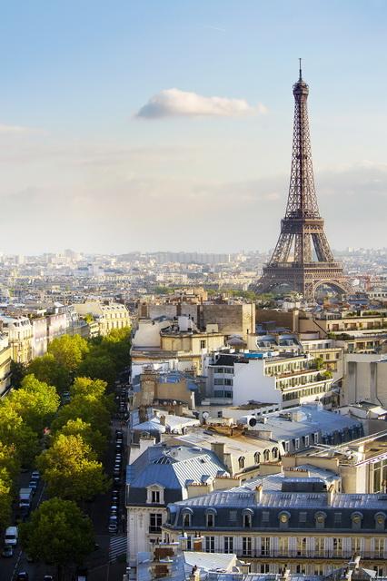 Observe la foto original: la Torre Eiffel constituye el elemento central de la imagen. Haga clic en la siguiente imagen para ver la diferencia.