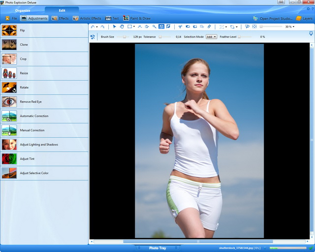 Paso 1: la imagen original representa a una chica corriendo con un cielo azul.
