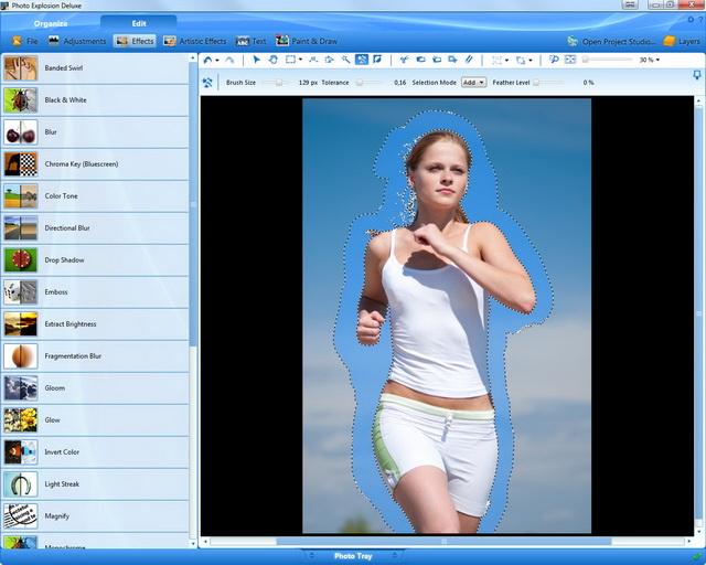 Paso 3: la chica corriendo aparece con los contornos perfectamente acentuados: el módulo de recorte ha tenido en cuenta incluso el cabello y los detalles más finos.